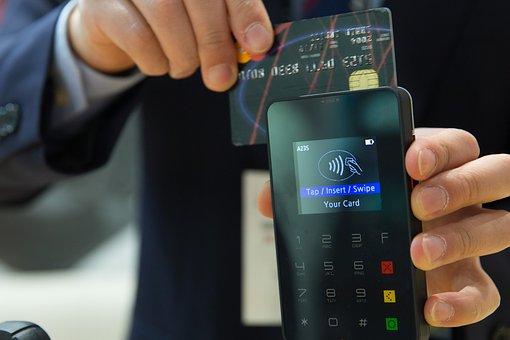 Pagando con una tarjeta de credito