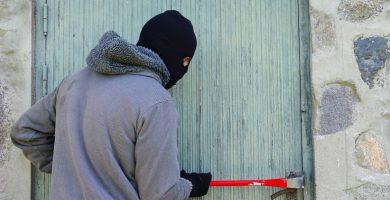 Ladrón robando en una casa