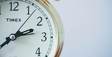 reloj marcando la hora