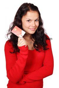 Mujer mostrando una tarjeta d iferenta