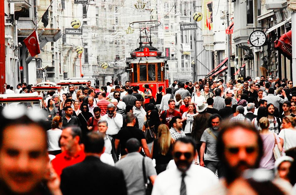 Calle de Estambul con un reloj