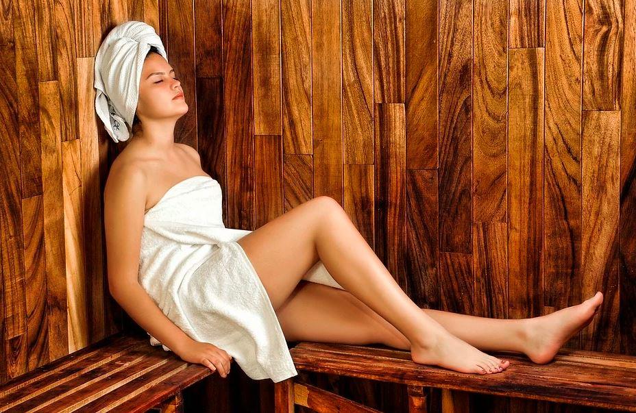 Chica tomando un baño turco