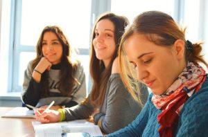 Chicas estudiando idiomas