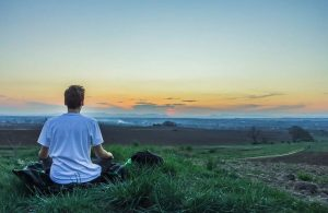 Hombre meditando Yoga