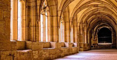 Interior de una abadía o monasterio