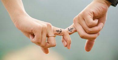 Novios dándose la mano