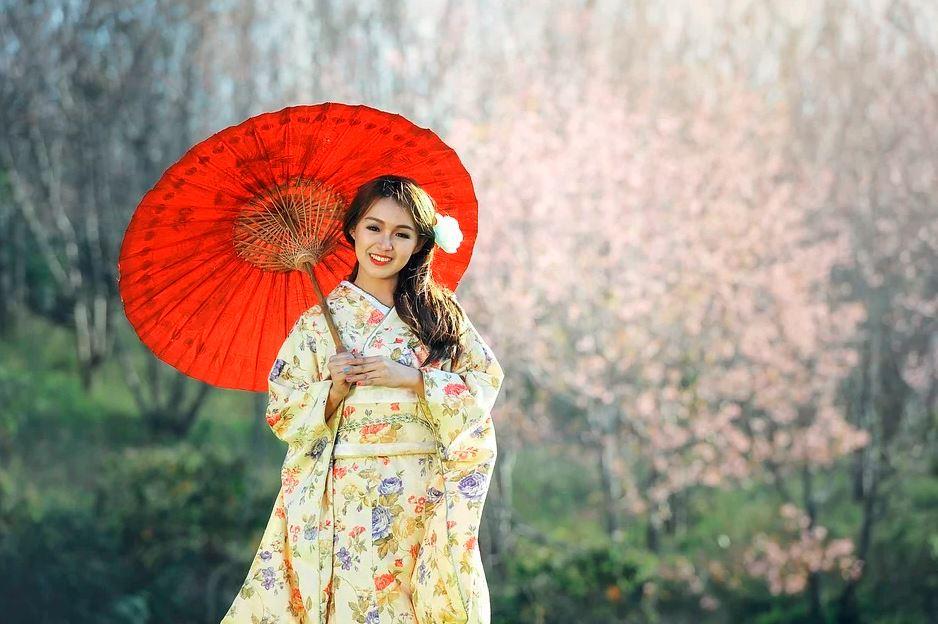 mujer japonesa con reloj