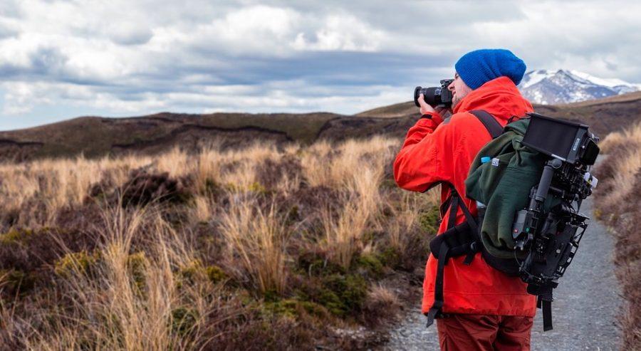 Fotógrafo con cámara reflex