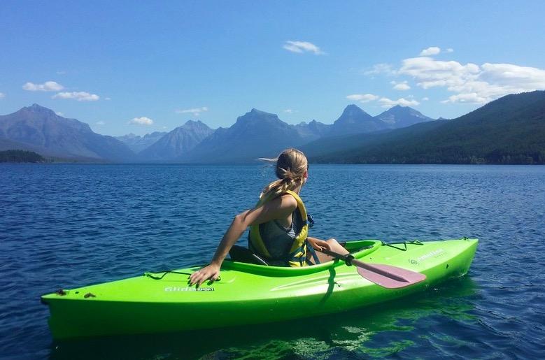 Mujer con Kayac en un lago