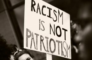 cartel contra el racismo y la xenofobia