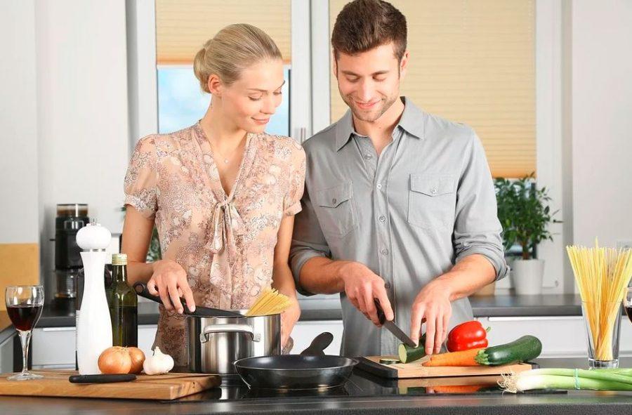 Pareja cocinando en una cocina vitrocerámica