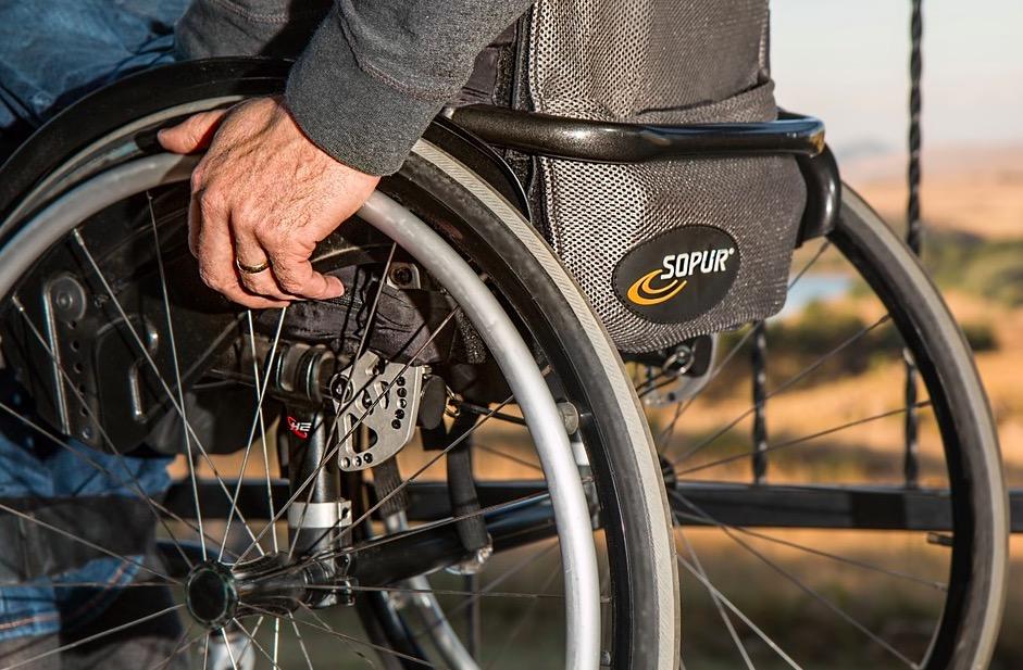 persona discapacitada en silla de ruedas
