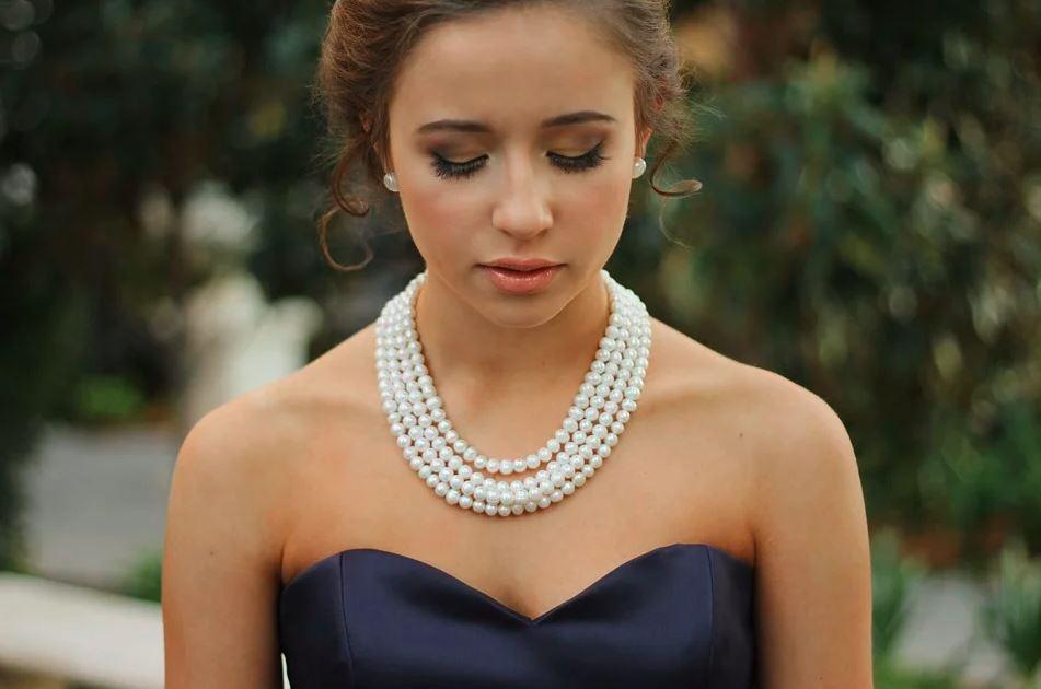 Chica con collar de perlas de Mallorca
