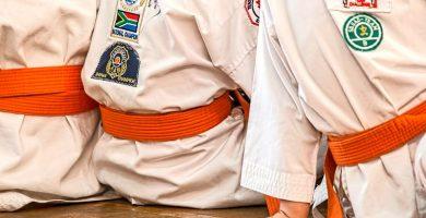 karatecas en kimono sentados-min