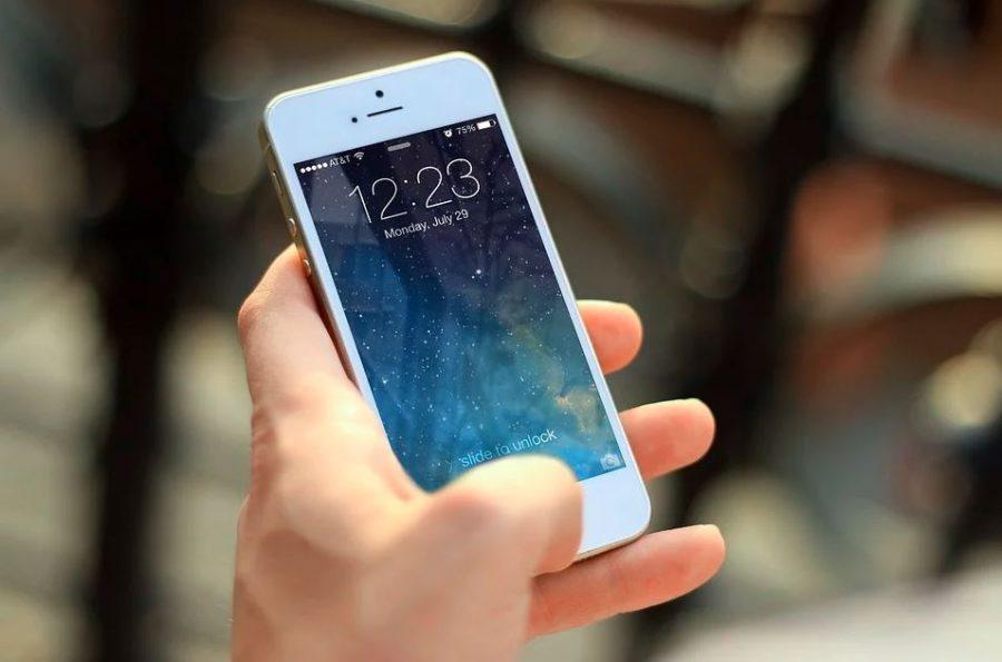 teléfono móvil blanco apple-min