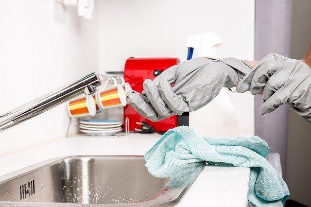 persona limpiando con vinagre de limpieza