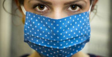 mujer con mascarilla por pandemia