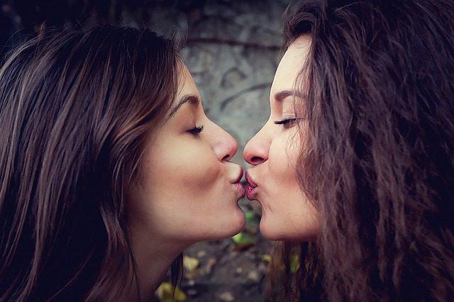 chicas bisexuales y pansexuales besándose