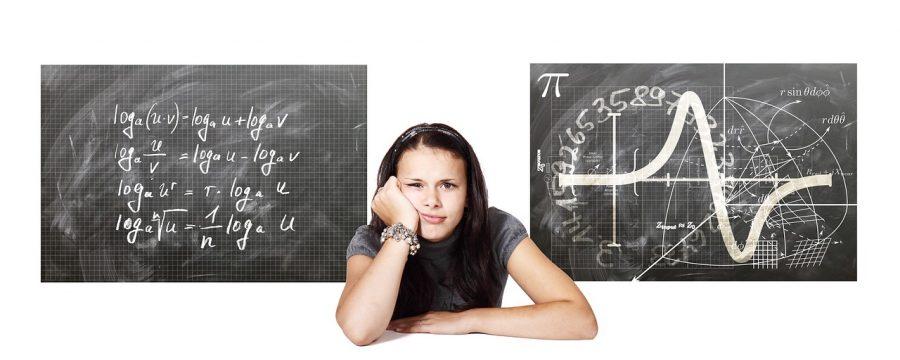 Estudiante de mates y pizarra con series de números y fórmulas
