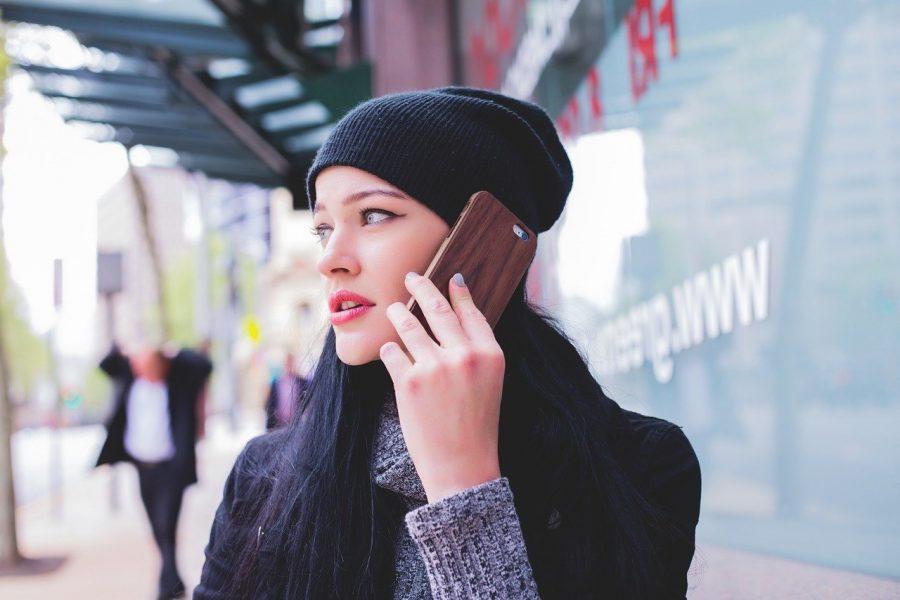 Mujer llamando por teléfono móvil