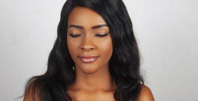 Mujer con micropigmentación y micrblanding en sus cejas