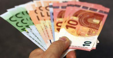 Persona pagando un sueldo o salrio con billetes