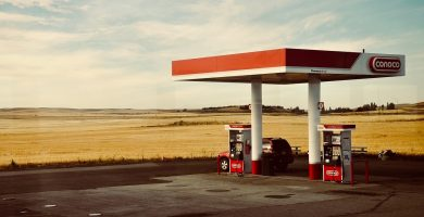 Gasolinera con surtidores de gasolina